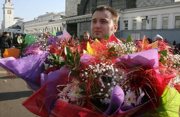Мужчина дарит женщине цветы - какие и почему?